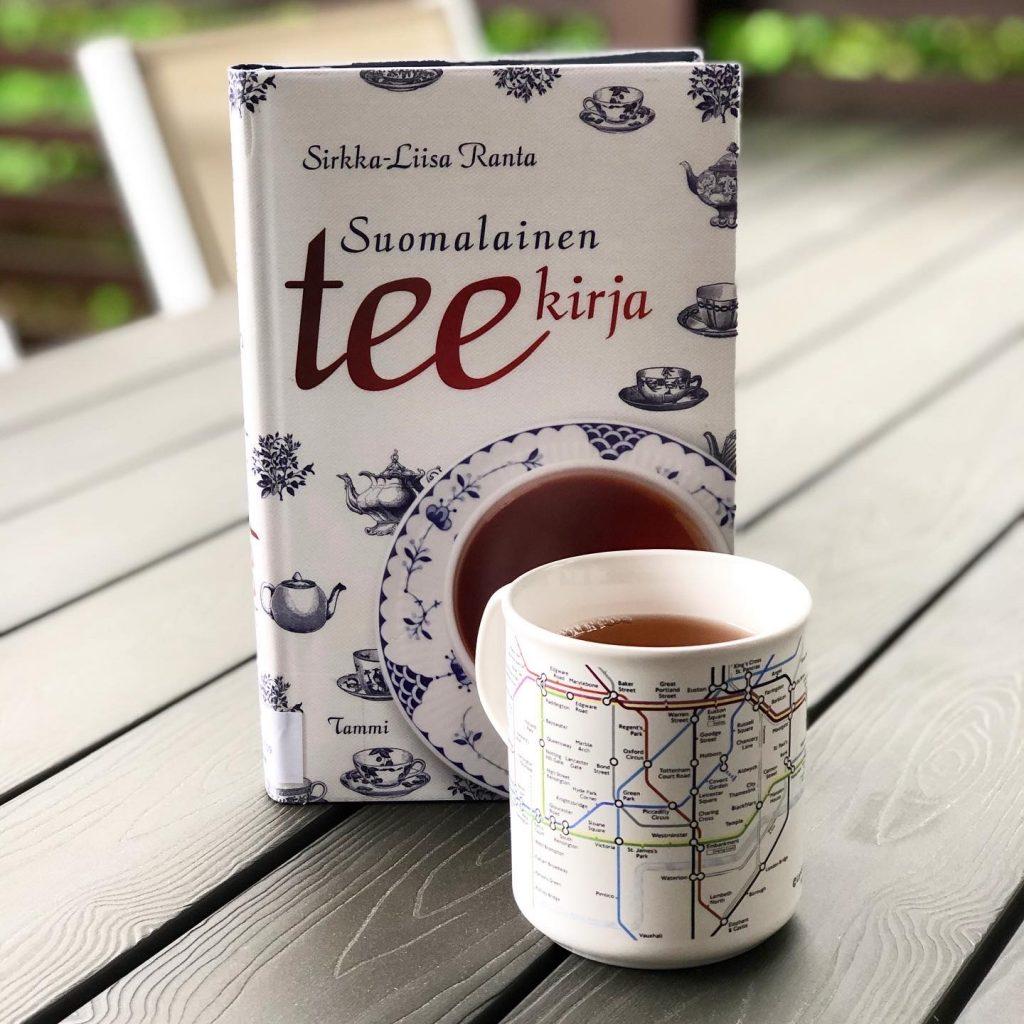 Suomalainen teekirja ja teekuppi